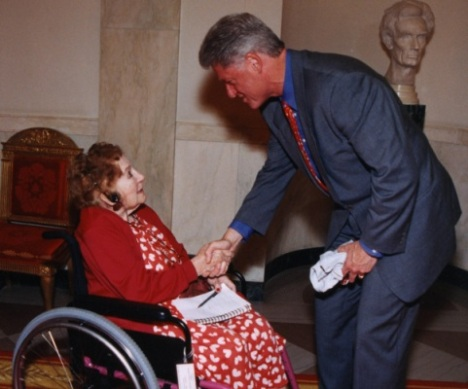 Sarah_McClendon_and_Bill_Clinton
